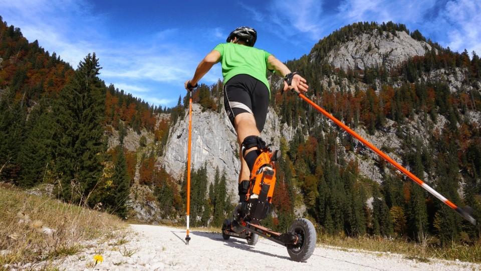 skiker beim berganstieg