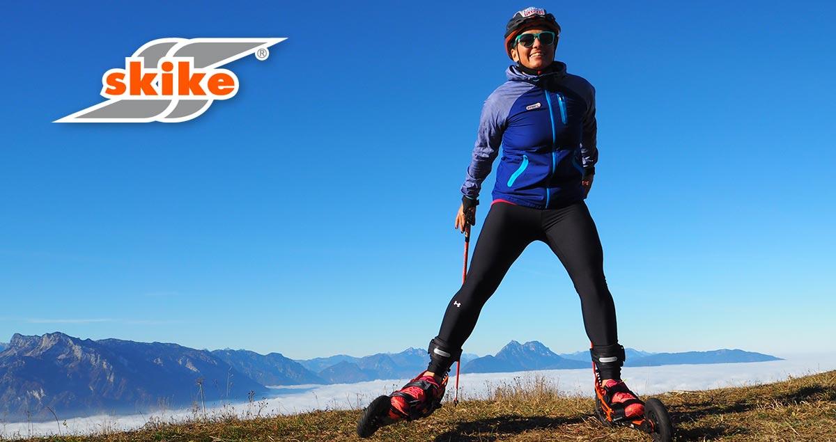 skikefahrer in den bergen über einem wolkenmeer