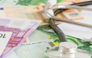 Titelbild: Stetoskop auf Geldscheinen