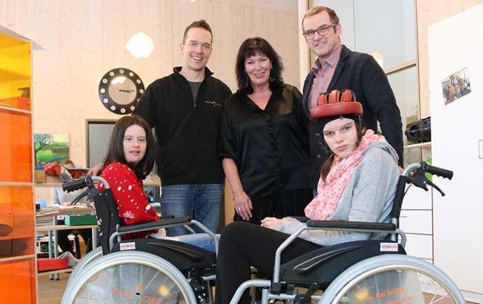 Bei der Übergabe der gespendeten Rollstühle (stehend von rechts): Dr. Kai Scriba, Dagmar Rothemund und Andreas Lorenz.