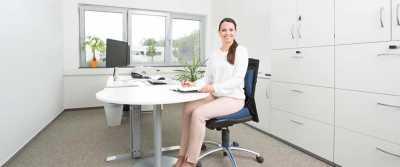 Ein Keilkissen kann dem aufrechten Sitzen förderlich sein